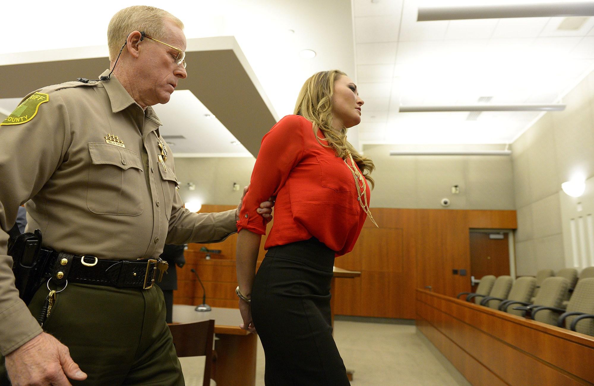 Смотреть трахну заключенную, Охранник трахает заключенную в тюрьме порно видео 23 фотография