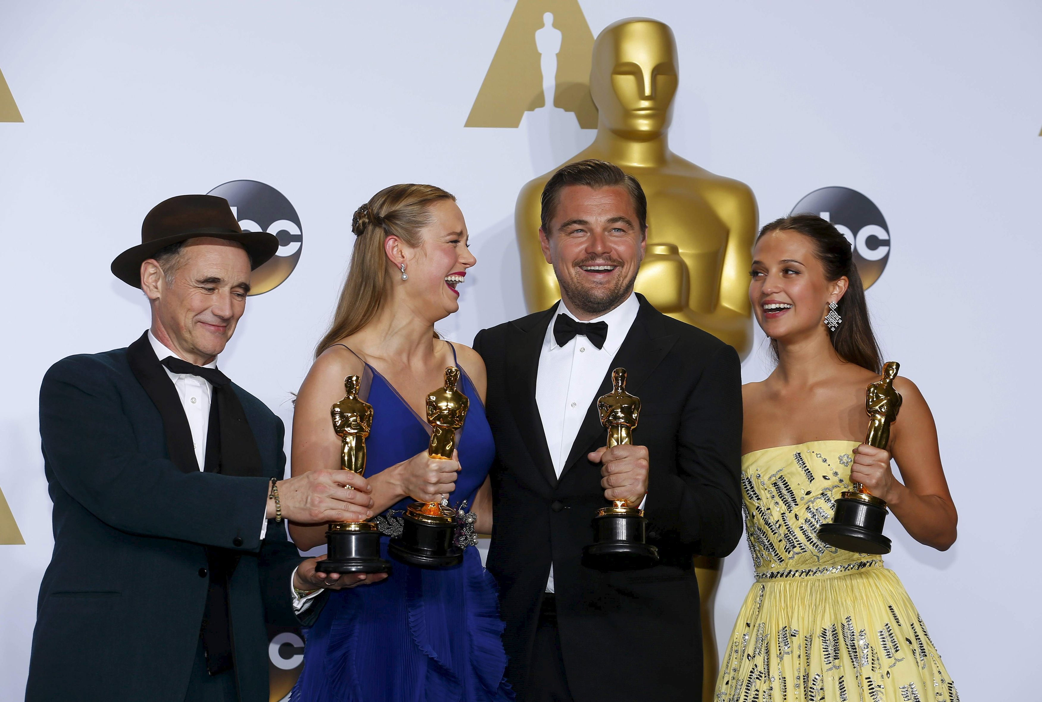 Oscar winners for Best Supporting Actor Mark Rylance, Best Actress Brie Larson, Best Actor Leonardo DiCaprio and Best Supporting Actress Alicia Vikander (L-R) pose backstage at the 88th Academy Awards in Hollywood, California February 28, 2016.   REUTERS/Mike Blake      TPX IMAGES OF THE DAY