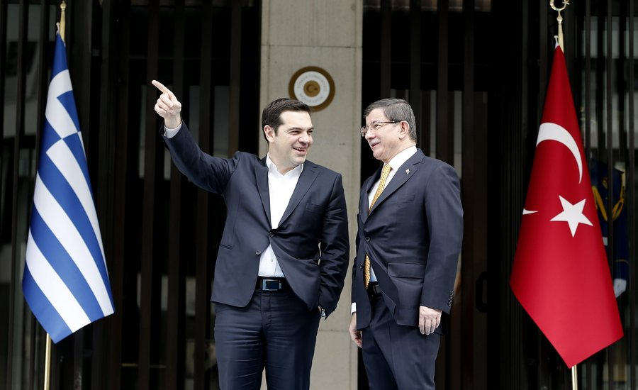 epa05200619 Turkish Prime Minister Ahmet Davutoglu (R) and Greek Prime Minister Alexis Tsipras (L) at their meeting in Izmir, Turkey, 08 March 2016. The UN refugee agency (UNHCR) slammed EU-Turkish plans to return migrants from Greece to Turkey, pointing out that such a move would violate European and international laws.  EPA/SEDAT SUNA