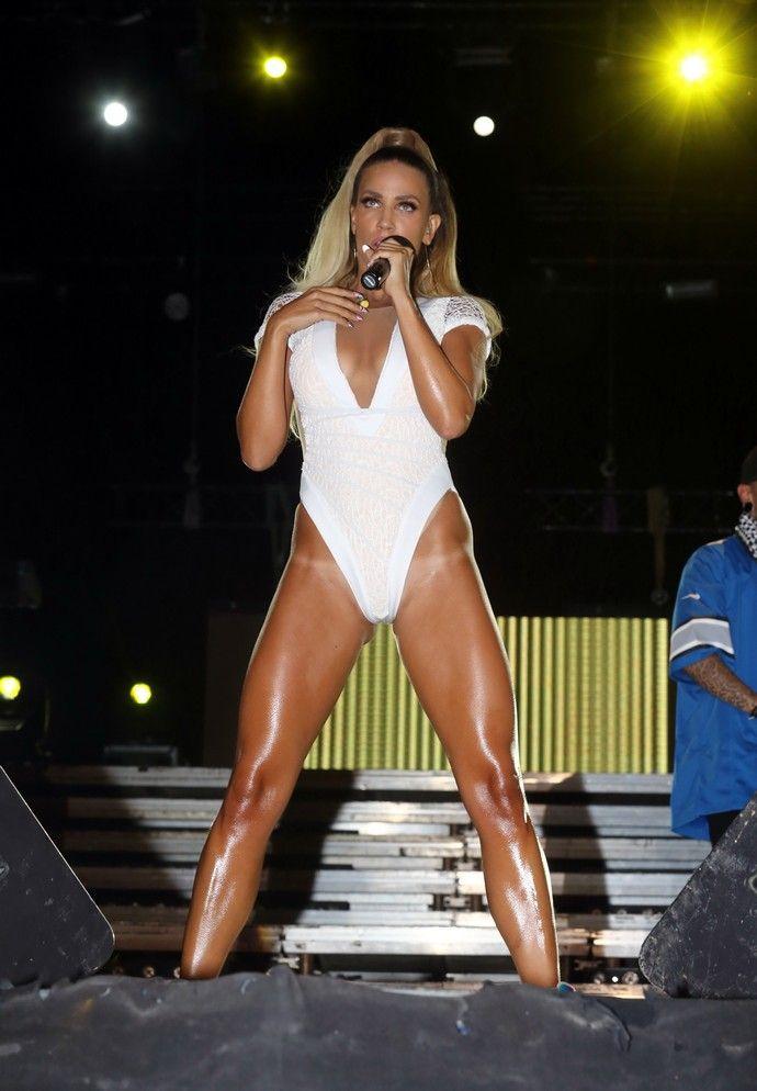 Katerina-Stikoudi-White-Bodysuit-On-Stage-Kanoni-9