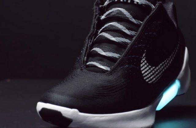 Η Nike θα κυκλοφορήσει sneakers που θα δένονται μόνα τους