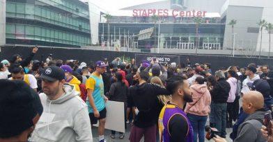 Λαϊκό προσκύνημα στο Staples Center για τον Κόμπι