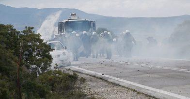 Λέσβος: Άντρες των ΜΑΤ καταστρέφουν αυτοκίνητα ντόπιων