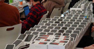 Έδωσαν 2.000 iPhones σε αποκλεισμένους επιβάτες λόγω κοροναϊού