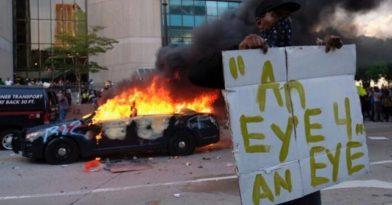 Δύο διαδηλωτές και ένας αστυνομικός νεκροί!