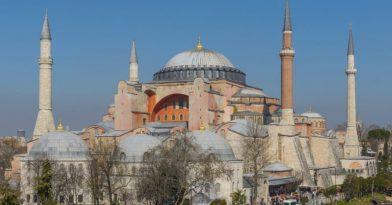 Τουρκία: Κρεμούν ισλαμικά σύμβολα στην Αγιά Σοφιά