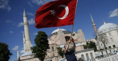 Αγία Σοφία: Οι Τούρκοι ξήλωσαν την ταμπέλα του μουσείου!