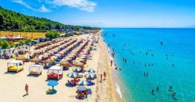 Χαλκιδική: «Βουτιά» για καταλύματα και καταστήματα