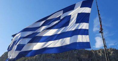 Καστελόριζο: Κρήτες ύψωσαν τη μεγαλύτερη ελληνική σημαία!