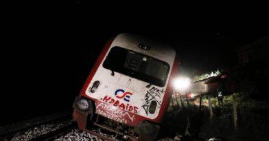Τρένο έπεσε σε βράχια!