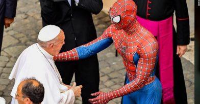 Μια μάσκα Σπαίντερμαν για τον Πάπα (video)