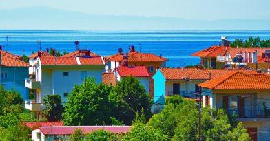 Χαλκιδική: «Ξεπουλάνε» βίλες και σπίτια