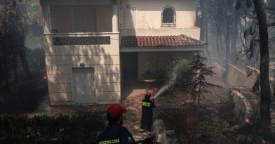 Φωτιά στη Σταμάτα: Εκτός ελέγχου τα πύρινα μέτωπα (videos)
