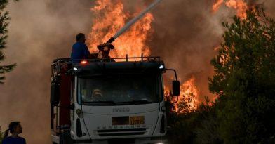 Φωτιά στη Νέα Μάκρη: Σε κατοικημένη περιοχή η πυρκαγιά