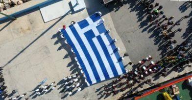 Υψώθηκε στη Χίο η γιγαντιαία ελληνική σημαία (video)